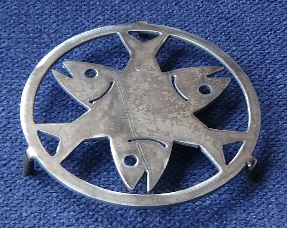 3 crossed fish trivet